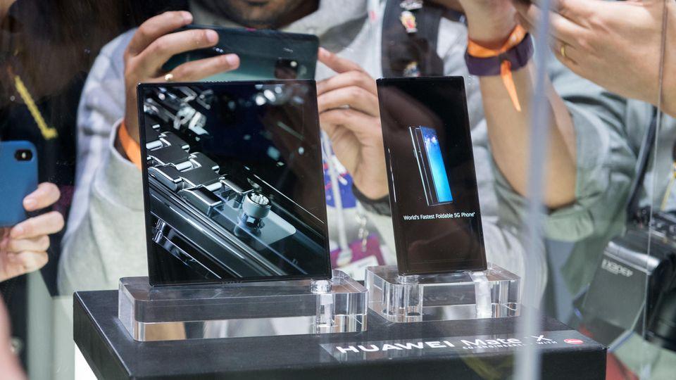 Ein Huawei Mate X wird auf dem MWC von Fotografen umdrängt