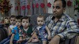 Vater Mohammed mit seinen Kindern in der Wohnung. Sohn Ali hat nicht überlebt.