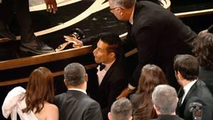 Der frischgebackene Oscar-Preisträger Rami Malek stürzt nach seiner Dankesrede von der Bühne