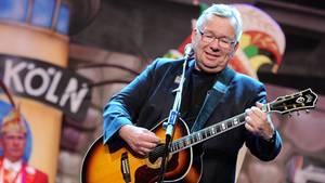 Bernd Stelter mit einer Gitarre