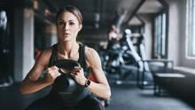 Muskelaufbau: Eine Frau trainiert im Fitnessstudio