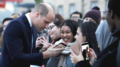 Prinz William (l.) wird bei seinem Besuch der University of Leicester von Fans begrüßt
