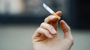 Zigarette in der Hand