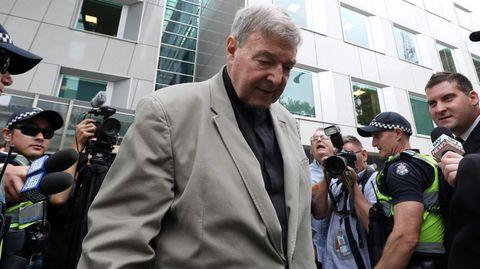 Kardinal George Pell verlässt das Gerichtsgebäude im Bezirk Victoria in Australien