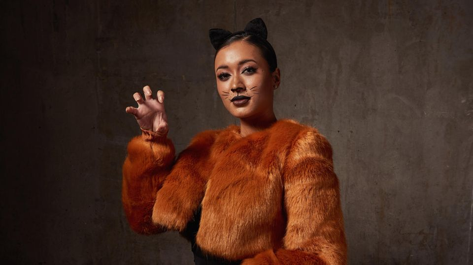 Frau als Katze verkleidet