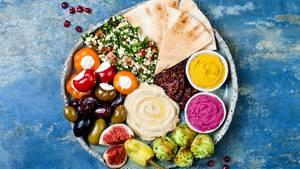 Warentest zu Nahrungsergänzungsmitteln: Ein Teller mit gesundem fleischfreiem Essen