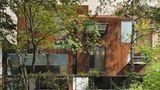 """3. Preis: Maison Cubiste in Paris  Innovativer Entwurf dreier Wohnboxen in einem Pariser Hinterhof.""""Dieses Haus zeigt beispielhaft, wie attraktiver Wohnungsbau auch auf ungünstigen Restflächen dicht bebauter Städte gelingen kann"""", urteilt die Jury."""
