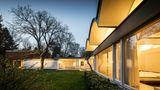 Das Haus Corneille lasse dem klassisch-modernen Altbau seine Würde und ergänzeihn eigenständig und sensibel mit einem Anbau unter markanten Tonnendächern.