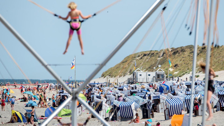 Platz 6:Strandpromenade Norderney, Norderney, Niedersachsen  Der Weststrand von Norderney mit der beliebten Promenade ist mit 500 Metern Länge der kleinste Strandabschnitt der Insel. Er ist vor allem bei Familien beliebt, denn neben einem vielfältigen Gastronomieangebot gibt es hier einen großen Piratenspielplatz sowie Klettergärten und Hüpfburgen am Strand.