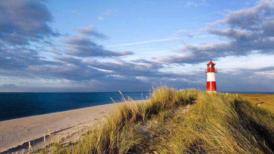 """Platz 2:Ellenbogen, List auf Sylt, Schleswig-Holstein  Am """"Ellenbogen"""", dem nördlichsten Punkt Deutschlands, können Strandbesucher bei gutem Wetter bis zur dänischen Insel Rømø blicken. Das Naturschutzgebiet im Privatbesitz ist auch in der Hochsaison kaum überlaufen, und eignet sich daher für Erholungssuchende zum Durchatmen und Bestaunen der Flora und Fauna, wie Vögel, Robben und Krebse."""