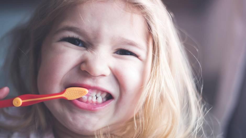 fdabc93784c245 Öko-Test prüft Kinderzahncremes  Ein Mädchen putzt sich die Zähne