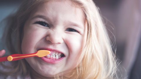 Öko-Test prüft Kinderzahncremes: Ein Mädchen putzt sich die Zähne
