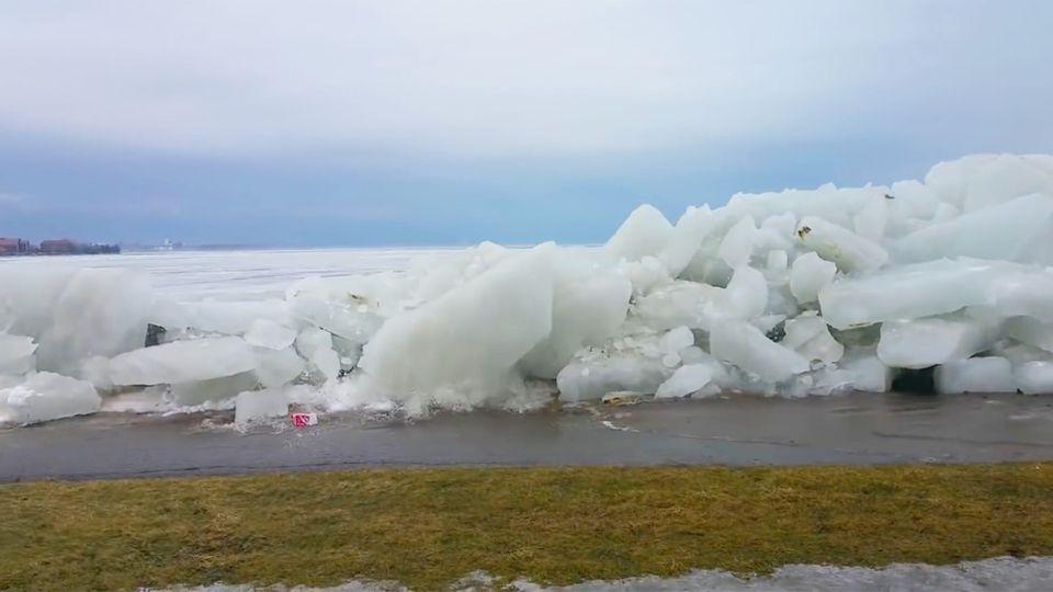 "Kanada: ""Eis-Tsunami"" überrollt Promenade am Niagara River"