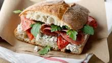 Stiftung Warentest prüft Veggie-Aufschnitt: Salami-Brot