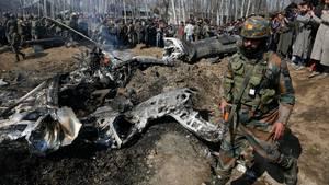 Ein indischer Soldaten geht an den Trümmern indischen Kampfflugzeuge im Bezirk Budgam im indischen Teil Kaschmirs vorbei