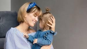 Isabell Horn mit Tochter Ella im Arm
