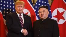 In Vietnams Hauptstadt Hanoi begrüßten sich Donald Trump und Kim Jong Un zum Auftakt mit einem langen Handschlag