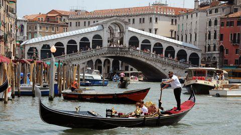 Gondeln, Boote sowie ein Vaporetto fahren auf dem Canale Grande vor der Rialtobrücke