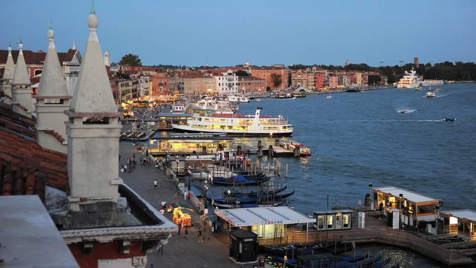 Das Panorama von Venedig: Blick vom Hotel Danieli am Markusplatz auf die Promenade Riva degli Schiavoni