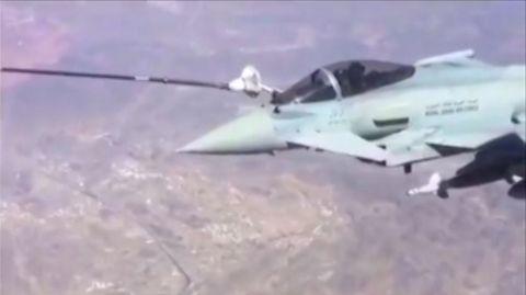 Im jemenitischen Grenzgebiet wird ein Eurofighter-Jet betankt - mutmaßlich von einem Airbus A330 MRTT