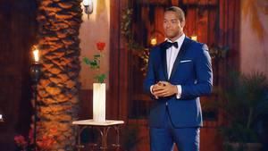 Bachelor Andrej Mangold wartet darauf, die letzte Rose zu vergeben