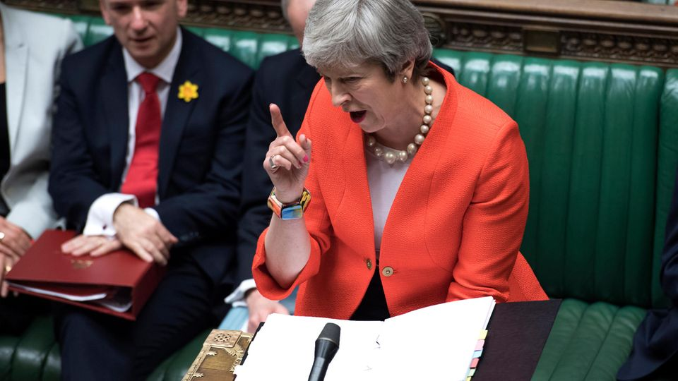 Großbritannien, London: Theresa May gestikulierend im Parlament