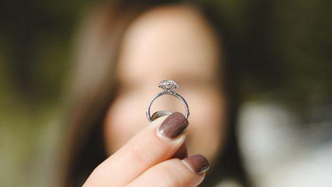 Frau mit Verlobungsring