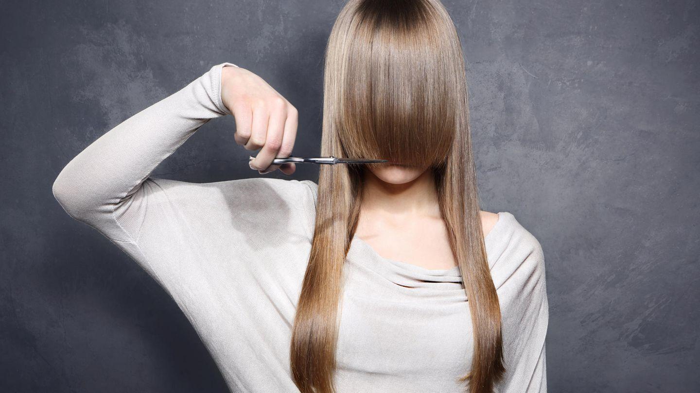 Mädchen schneidet sich die Haare