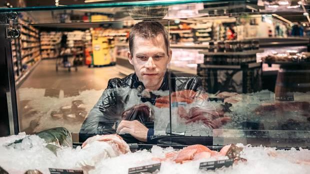 Fisch  Heilsame Omega-3-Fettsäuren sind vor allem in fettigem Fisch wie Lachs, Hering, Makrele und Forelle enthalten. Sie dämpfen unter anderem Entzündungsprozesse, die den Alterungsprozess ankurbeln. Fisch liefert Vitamin D sowie die Spurenelemente Jod und Selen. Achtung: Frittierter Fisch ist keine gute Wahl.