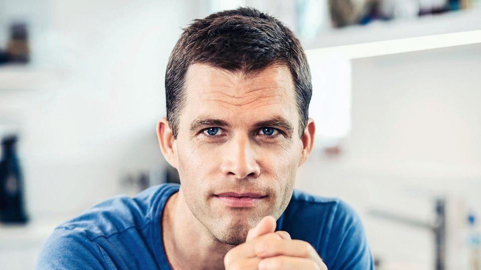 """Bas Kast, 46, studierte Biologie und Psychologie in Konstanz, Bochum und am MIT in Boston, USA. Der Autor und Wissenschaftsjournalist – unter anderem für den Berliner """"Tagesspiegel""""– veröffentlichte Bücher über Hirnforschung und Psychologie. Mit seiner Frau und seinen beiden Kindern lebt Kast in der Nähe von Würzburg."""