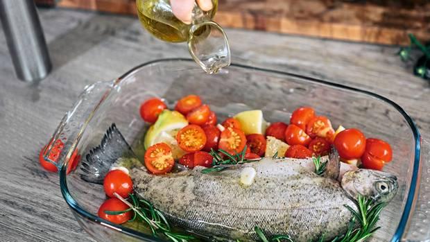 Forelle à la Tini*  2 frische Forellen waschen und innen mit Salz und Pfeffer würzen.  1 rote Zwiebel achteln.  2 Tomaten waschen und vierteln.  1 Zucchino waschen und in Stifte schneiden.  1 Zitrone waschen und in Scheiben schneiden.  2 Knoblauchzehen in Scheiben schneiden.  Alles zusammen mit 4 Zweigen Rosmarin, 4 Stielen Thymian und 6 Stielen Petersilie in eine ofenfeste Form legen und mit 2 EL Olivenöl beträufeln. Bei 180 °C im Ofen ca. 20 Min. garen.  *Tini ist meine Schwiegermutter, die sich als Naturheilkundlerin intensiv mit Ernährung auseinandergesetzt hat.