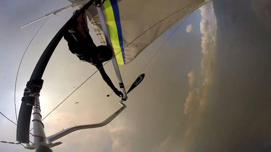 Kolumbien: Paraglider fliegt über Flächenbrand – doch statt aufzusteigen, verliert er die Kontrolle