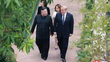 Donald Trump spricht mit Kim Jong Un während des Gipfels in Hanoi