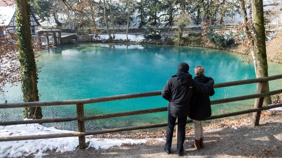 Blautopf, Blaubeuren, Baden-Württemberg  Hier möchte man doch gerne eintauchen: So blau und so wunderschön ist der Blautopf in Blaubeuren. Aus dem Blautopf entsprint die Blau, die nach rund 20 Kilometern in die Donau fließt. Die Farbe entsteht durch die Lichtstreuung an den Kalkpartikeln im Wasser. Dadurch scheint das Wasser blau zu leuchten. Schwimmen und Tauchen ist im Blautopf nicht erlaubt.