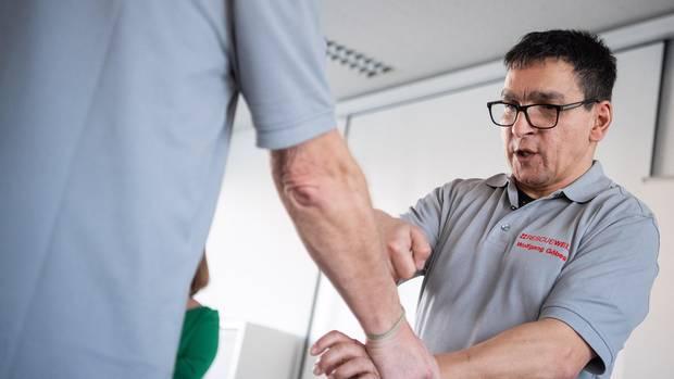 Selbstverteidigungstrainer Wolfgang Göbes zeigt, wie man sich aus einem Griff an das Handgelenk befreien kann.