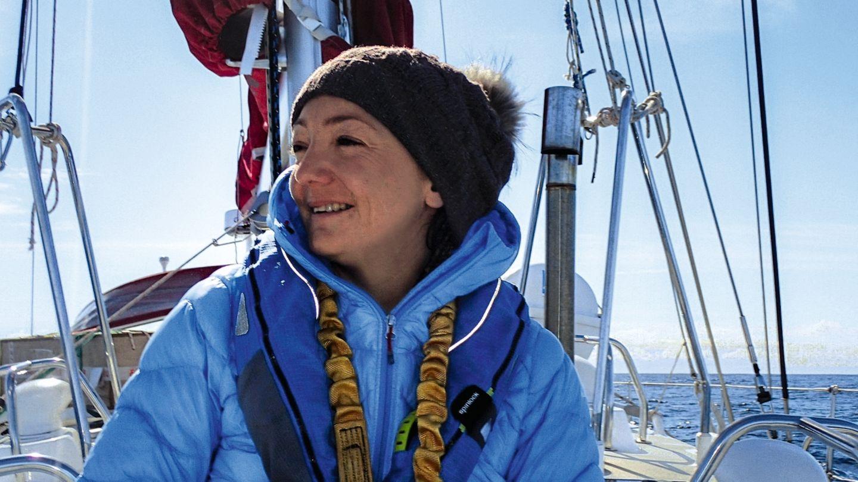 """Müde, aber glücklich: Delphine Garcin auf der Barentsee zwischen Norwegen und Spitzbergen – in Seglerkreisen auch """"Tanzfläche des Teufels""""genannt"""