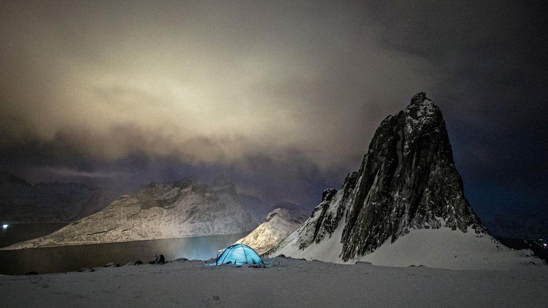 Wie ein Smaragd leuchtet das Zelt von Delphine auf der Insel Senja: Im Winter ist das einer ihrer Lieblingsorte