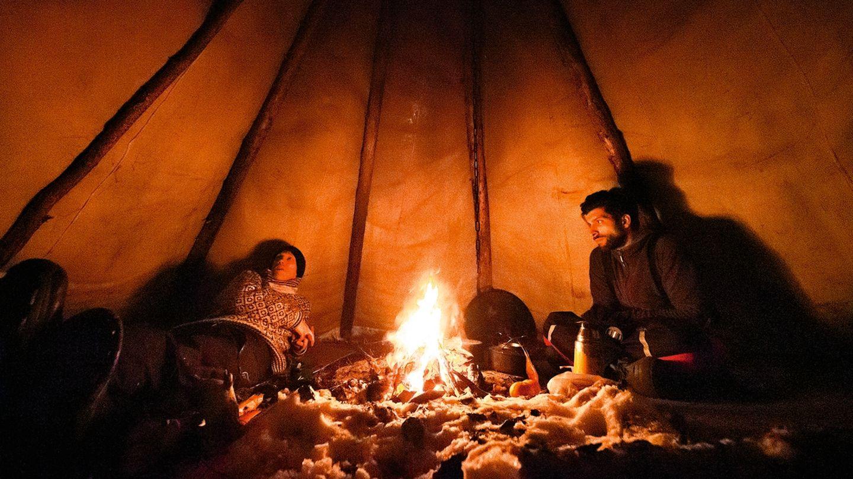 Espen Prestbakmo (l.) und ein Freund beim Plausch am Feuer. Die Zelte der Sami werden auch Tipi des Nordens genannt.