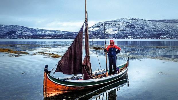 """Delphine auf einem klassischen """"Nordlandsbåt"""", die früher zum Fischfang genutzt wurden"""
