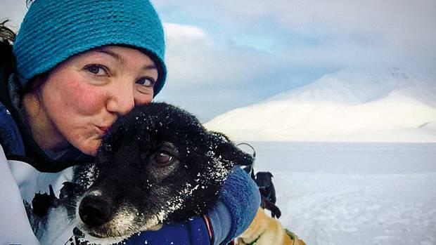 Leithündin Ada bekommt einen Kuss nach dem Hunderennen