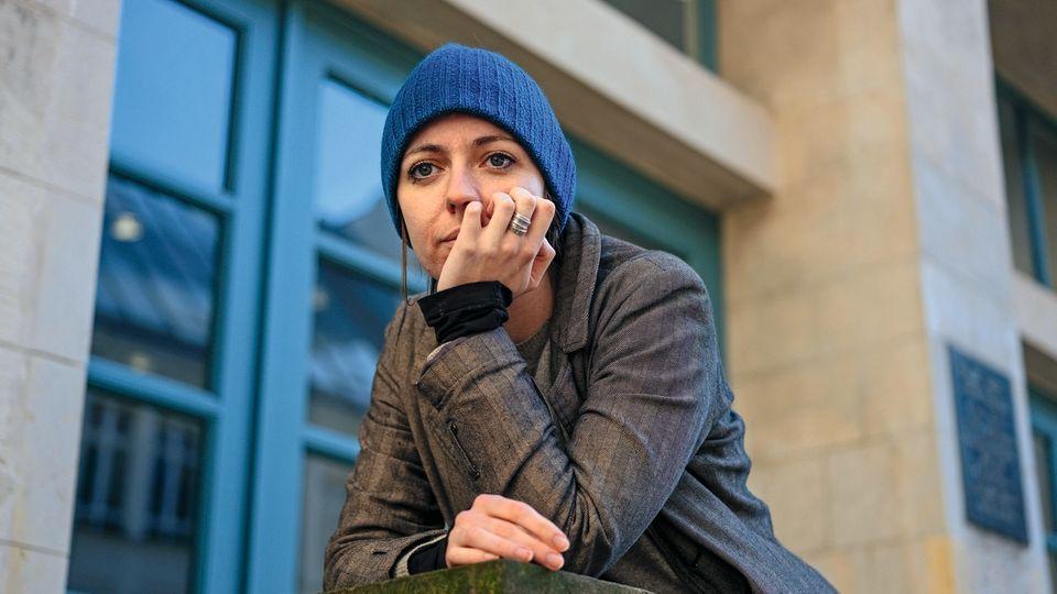 """Julie, 29, Berlin  Dass ich schwanger wurde, lag daran, dass die Spirale verrutscht war. Meine Ärztin sagte nur: """"Ach, das passiert. Das zeigt doch, dass Sie und Ihr Freund kompatibel sind."""" Das hat mich schockiert und wütend gemacht.  In ihrem Weltbild war es unvorstellbar, dass ich gerade kein Kind haben wollte – obwohl ich mir doch genau deshalb von ihr die Spirale hatte einsetzen lassen. Es hat sich dann als Vorteil erwiesen, dass ich in Berlin lebe. Ich fand eine gute Beratungsstelle und hatte wenige Tage danach einen Termin bei einem Gynäkologen. Ich entschied mich für einen operativen Eingriff. Die Probleme begannen danach.  Ich hatte ein paar Tage lang Fieber und Schmerzen und fing an, im Internet zu recherchieren. Ich landete dabei auf Foren, in denen Frauen Fragen stellten, die auch ich hatte: Ab wann ist es okay, wieder Alkohol zu trinken oder Sport zu machen? Aber ich merkte schnell, dass man selbst so harmlose Fragen nicht stellen kann, ohne als Kindermörderin beschimpft zu werden. Als ich später in ein Stimmungstief rutschte und auch dazu recherchierte, wurde es ganz schlimm: Da wurden mir anschließend auf Facebook Posts von Abtreibungsgegnern angezeigt. Zum Beispiel ein Foto, das eine Frau auf dem Klo zeigt, im Bauch ein Fötus mit Sprechblase: Meine Mutter tötet mich gleich. Ich dachte nur: Das darf doch nicht wahr sein! Es geht um meine Privatsphäre, meinen Körper, meine Grenzen. Doch sobald du schwanger bist, gehört dir dein Körper nicht mehr."""