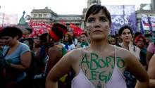 In Argentinien gehen immer wieder Frauen auf die Straße, um für das Recht auf Abtreibung zu demonstrieren