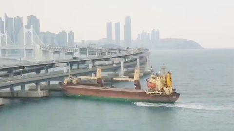 Südkorea: Russischer Frachter rammt viel befahrene Autobahnbrücke – Kapitän betrunken?
