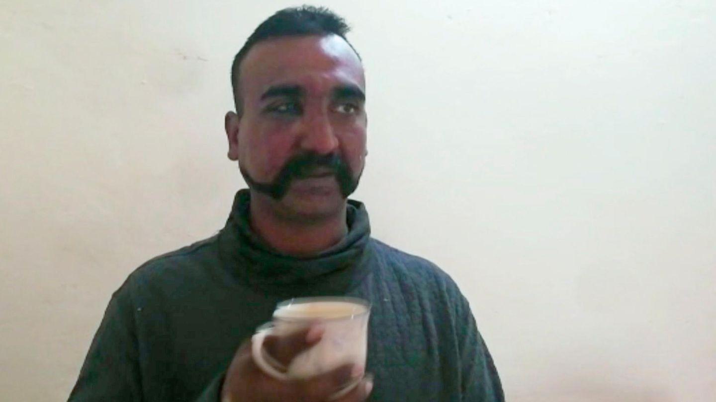 Der abgeschossene indische Pilot auf einem Foto des pakistanischen Militärs