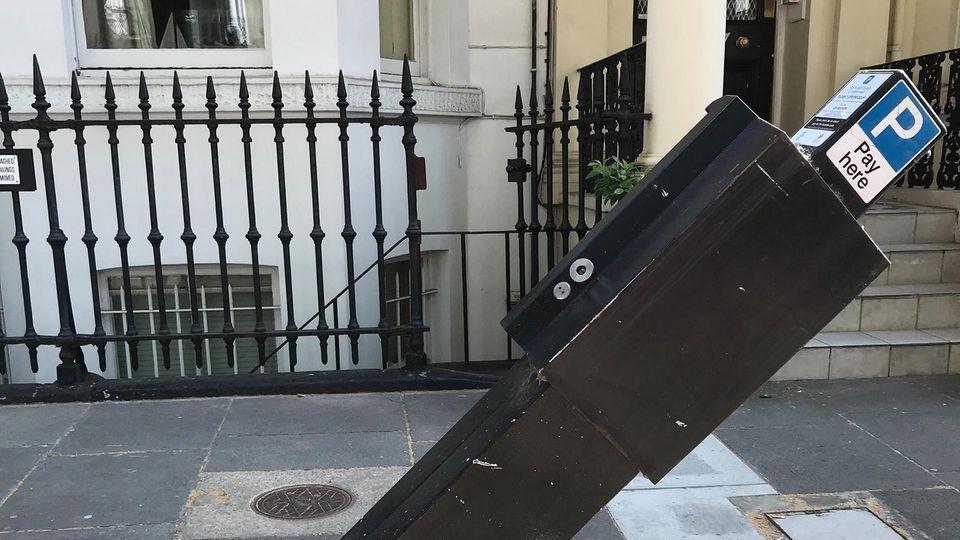 Ein beschädigter Parkscheinautomat, der von einem Auto gerammt wurde