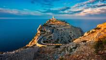Beliebte Reiseziele: Der Leuchtturm von Cap de Formentor auf Mallorcabei Sonnenuntergang