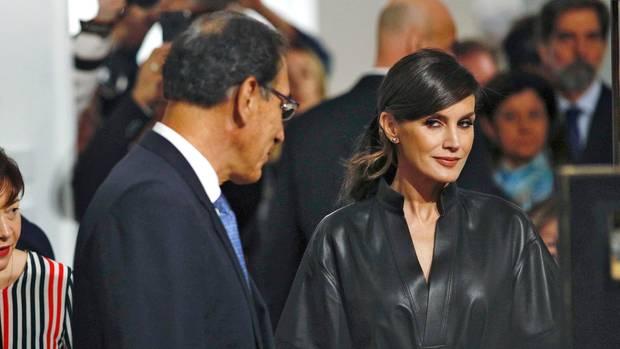 Letizia trägt ein Lederkleid auf der Kunstmesse Arco in Madrid