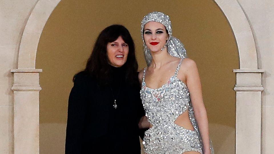 Die Modedesignerin Virginie Viard (links) zusammen mit einem Chanel-Model