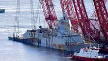 Die Fregatte wurde von den zahlreichen Ketten synchron angehoben, um ein Zerbrechen des Rumpfes zu verhindern.