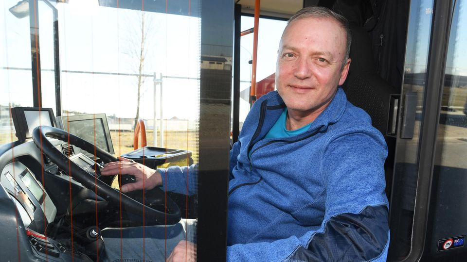 Busfahrer Igor Eisenbarth hinter dem Steuer eines Linienbus